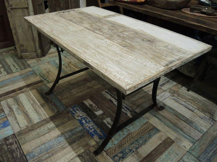Tavolo con assi di legno colorate shabby e base in ferro