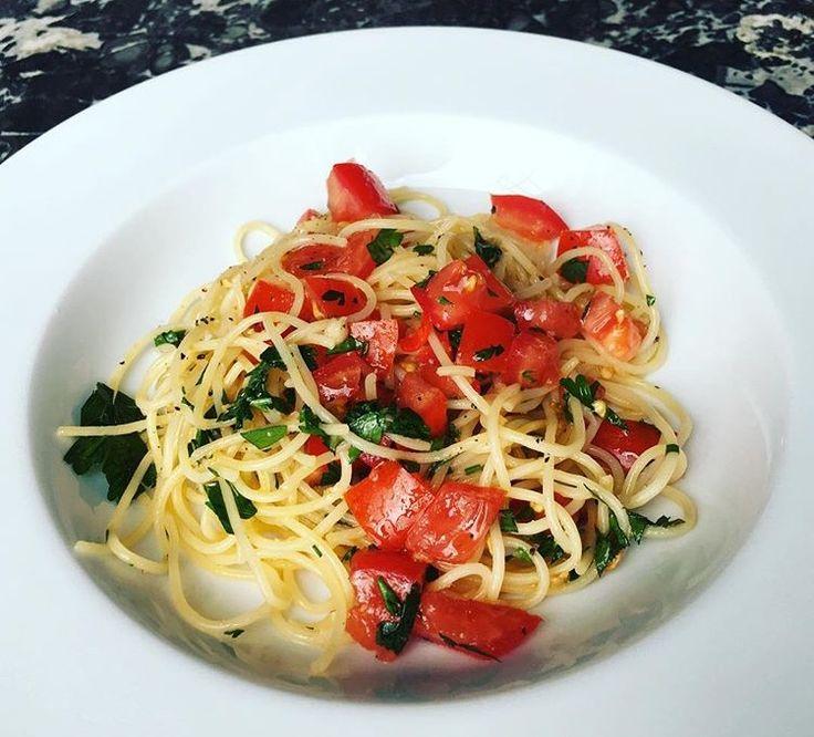 Spaghetti with fresh tomatoes