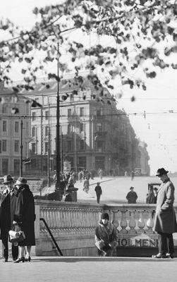 Gateliv ved Nationaltheateret undergrunnsstasjon i 1929. FOTO: ANDERS B. WILSE/OSLO MUSEUM