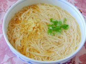 楽天が運営する楽天レシピ。ユーザーさんが投稿した「ラーメン?そうめん?乾麺の素麺で中華そば風そうめん」のレシピページです。これはラーメン?そうめん?昔ながらの中華そば風のそうめんです!スープはどんぶりで混ぜるだけ!麺を茹で盛り付けて完成の超簡単レシピです。素麺(そうめん),◇熱湯,◇鶏がらスープの素,◇めんつゆ(2倍濃縮),◇白だし,◇ごま油,塩コショウ,トッピング,あげ玉,青ネギ(小口切り)