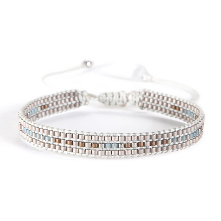 Sophistication and discretion for this silvered pearl bracelet, handmade in Colombia for the Mishky brand.