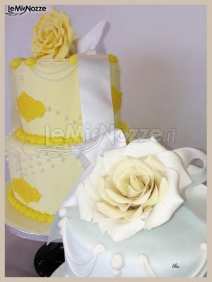 http://www.lemienozze.it/gallerie/torte-nuziali-foto/img34459.html Torta nuziale gialla con fiori applicati