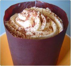 Mi forêt noire, mi tiramisu, ce dessert se compose d'une base moelleux au chocolat et amandes effilées, de bigarreau et d'une mousse mascarpone. Le moelleu
