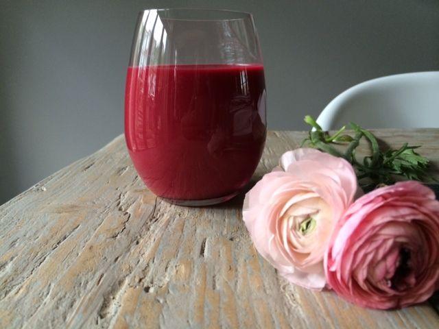 Rode bieten in een smoothie? Jazeker. Bietjes zijn ontzettend gezond en je kunt er eindeloos mee varieren. Deze rode bieten en frambozen smoothie...
