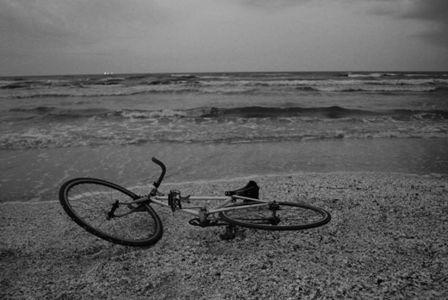 """ÎN SFÂRŞIT  Petre Stoica din """"UN POTOP DE SIMPATII""""(1978)  Până când până când se întreabă gonind cu bicicleta frenetic - întâlneşte o vrabie moartă întâlneşte o seară întâlneşte o iarnă şi o dimineaţă mijind şi în sfârşit ajunge la mărgica albastră pierdută în copilărie"""
