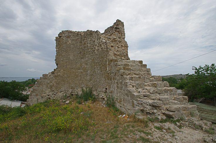 Башня консула ди Скаффа в Феодосии. Круглая башня