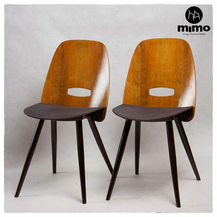 """Krzesła sygnowane """"Tatra"""". Oparcie wykonane z fornirowanej sklejki. Elementy drewniane wykończone politurą, obicie - popielata tkanina wełniana."""