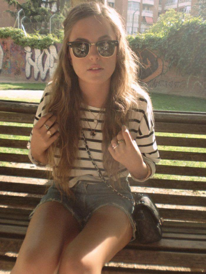 junges-Mädchen-Bluse-Streifen-kurze-Denimhosen-Chanel-Tasche-Hipster-Brille-schöne-Form