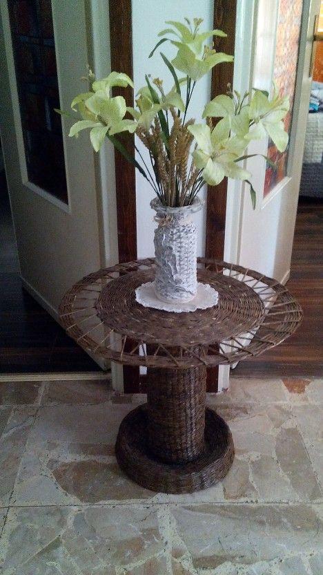 tavolino e vaso realizzato con cannucce di carta
