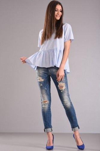 Μπλούζα με ψιλή ρίγα στο ύφασμα κοντό μανίκι βολάν στο τελείωμα και δέσιμο φιόγκο πίσω στην πλάτη από ποπλίνα ύφασμα σε σιελ χρώμα. 34,90€    Μεγέθη : Small / Medium  Χρώμα : Σιελ  Σύνθεση : 100% COTTON