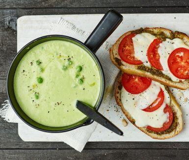 En god och värmande soppa är bland det bästa som finns när mörkret kryper sig på. Den här utsökta grönärtsoppan tar smak av vitlök och fänkål, och blir riktigt mustig av grädde och grönsaksbuljong. Servera soppan med surdegstoast med pesto och mozzarella.