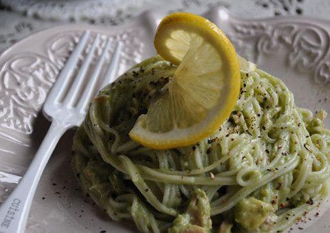 夏のランチにぴったりの時短レシピ。人気食材アボカドと素麺で作る、濃厚クリーミーな冷製メニュー。