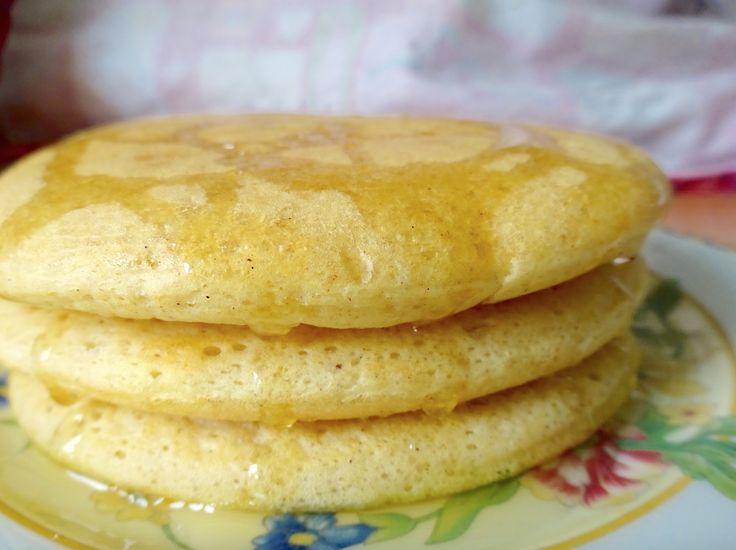 Les meilleurs pancakes du monde (ou presque :)). Des pancakes végétaliens, moelleux, rapides à faire, parfaits pour un brunch ou un goûter. Miam!