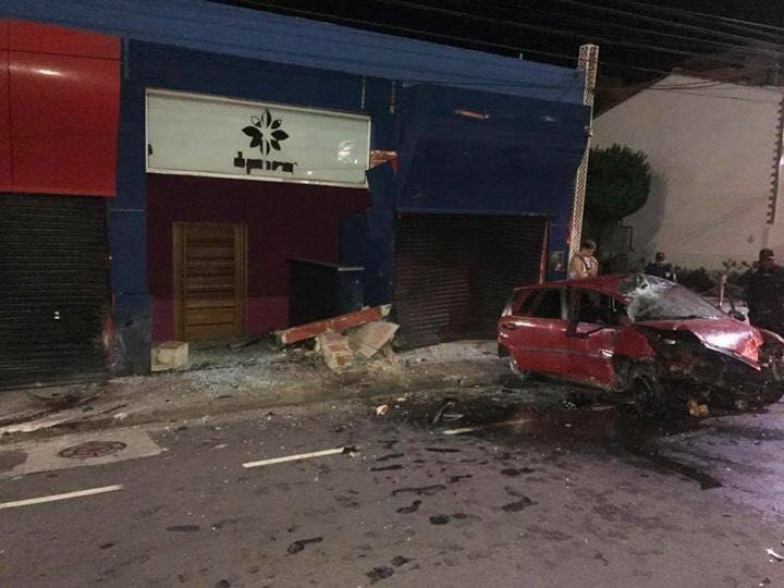 Carro invade e destrói entrada de boate em Macaé    #acidentedetransito #cavaleiros #macae #facebairro #fb