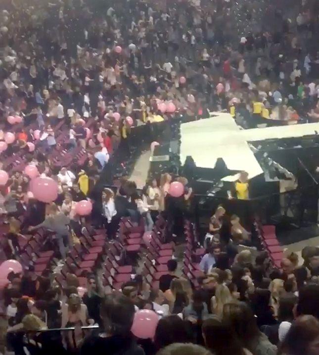 Momentos de pânico publicados nas redes sociais após atentado no show de Ariana Grande  http://popzone.tv/2017/05/momentos-de-panico-publicados-nas-redes-sociais-apos-atentado-no-show-de-ariana-grande.html