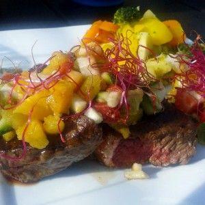 Sund steak med soya krydring og en lækker avocado/ananas relish til..