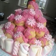 Soezentaart!  Nodig: Diepvries soesjes, Roze glazuue, Decoraties & eetbare bloemen, Spekjes. Werkwijze: Stapel de soesjes op tot een berg. Verwarm het glazuur en schenk dit vanaf bovenaf eroverheen. Versier de toren met decoraties en eetbare bloemen. Zet rondom de soesen toren spekjes.