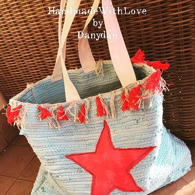 Da oggi i tappetini del bagno assumono tutto un altro ruolo... #handmadewithlove #danydan #danydan67 #rugbag #beachbags #star #tassels