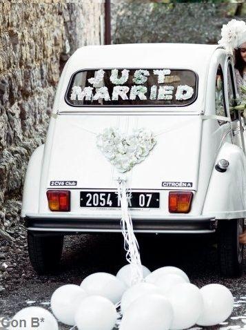 Recién casados con globos para tu boda