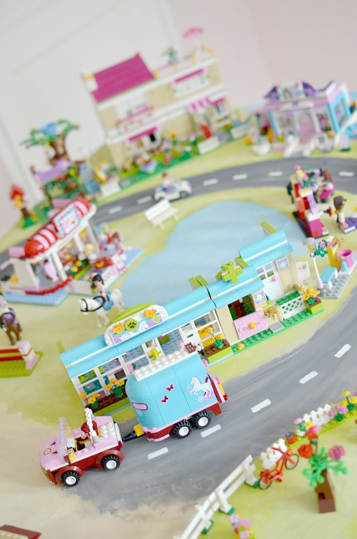 Meillä on leikitty Friends-Legoilla paljon   ja harmailla tiepaloilla on koottu kaupunkia.   A haikaili kuitenkin hienon Heartlake Cityn ...