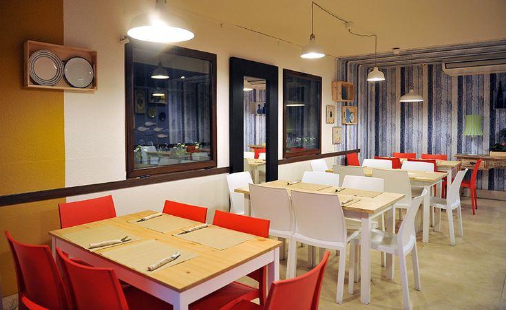 En pleno casco histórico de la ciudad de las espadas se encuentra el Café del Fin, un local al cual aportamos mobiliario para el comedor principal. Después de deliberar y descartar varias opciones nos decantamos por unas sillas fabricadas en polipropileno expandido en dos colores; rojas y blancas. Las mesas que se han colocado en