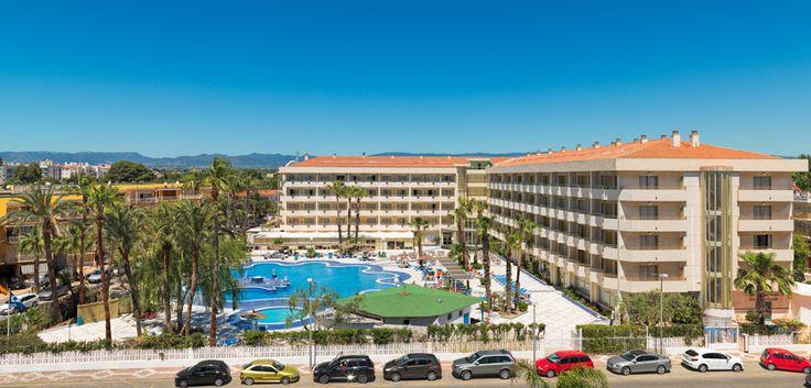 Vista general de la piscina y del hotel / Hotel and swimming pool general view #h10cambrilsplaya #cambrilsplaya #h10hotels #h10 #cambrils