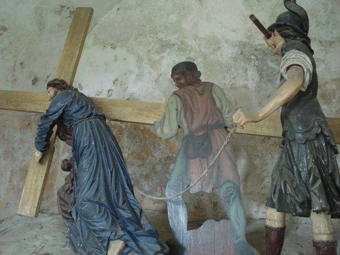 Šimon Cyrenský pomáhá nést kříž