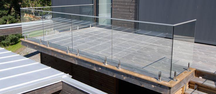 Arena glasräcke med rostfritt floorbeslag monterat på träbalkong