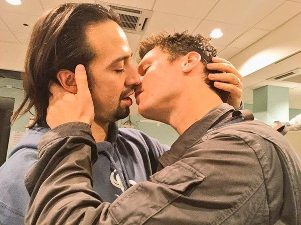 A bday kiss | Community Post: 15 Photos That Prove Lin-Manuel Miranda And Johnathan Groff's Friendship Can't Be Beat