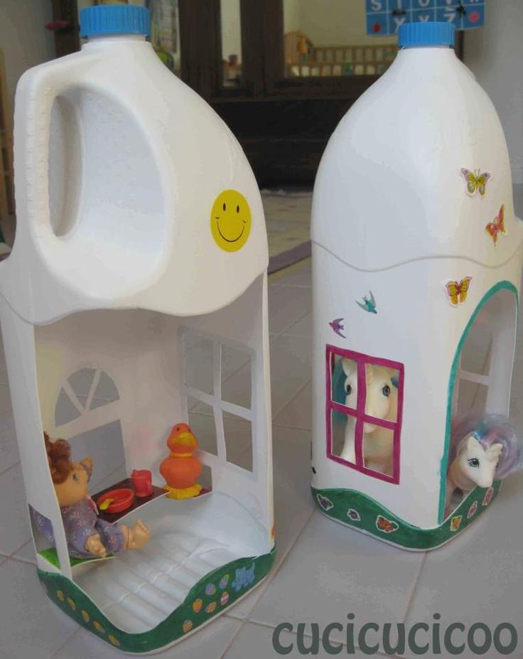 Costruire delle casette per bamboline o giocattolini da bottiglie di plastica?  E' la brillante idea di Cucicucicoo: ecological living!  #riciclo #creativo
