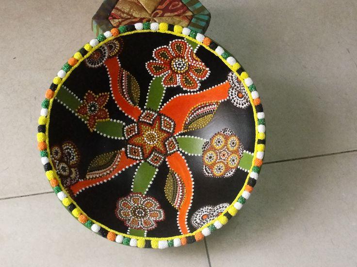 Taça de madeira decorada com tinta Nature Color Acrilex e 3D Brilhante Acrilex.