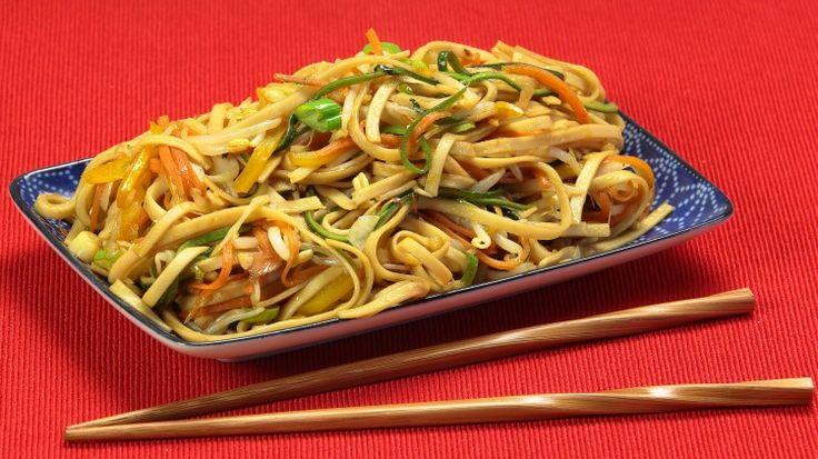 Ricetta Noodles con le verdure: Vi è venuta voglia di mangiare un bel piatto di noodles cinesi, saltati alla perfezione e ricchi di verdure colorate? Bene questa ricetta è proprio ciò che fa per voi!  Si tratta di noodles all'uovo cotti 5 minuti in acqua bollente e saltati nel wok con una varietà di verdure (potrete scegliere anche le vostre preferite!)  Il trucco? La salsa di condimento realizzata con salsa di soia, d'ostriche e vino cinese...una vera bomba!