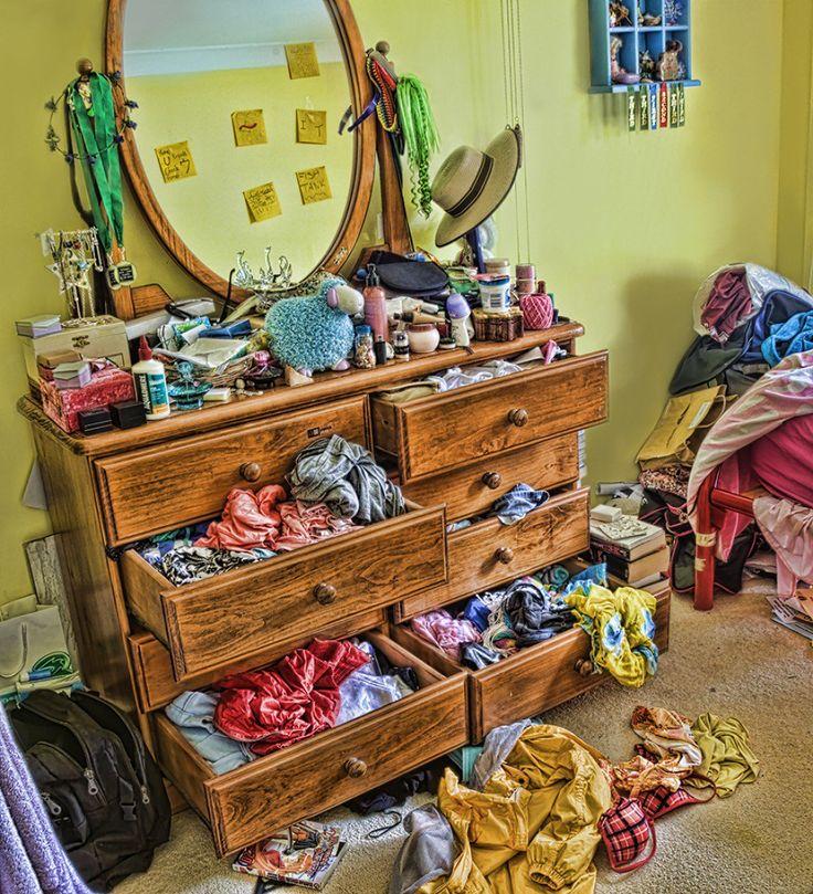 Nettoyer une pièce en désordre peut être accablant! Essayez ces quatre étapes pour nettoyer rapidement …