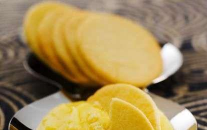 Biscotti con gli albumi - Oggi vi proponiamo la ricetta per preparare dei sani e genuini biscotti light fatti utilizzando solo gli albumi ma profumati con la scorza di limone grattugiata.