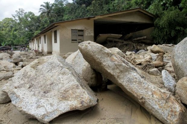 Bongkah batu besar runtuh di Karak, dentuman seperti petir - http://malaysianreview.com/149350/bongkah-batu-besar-runtuh-di-karak-dentuman-seperti-petir/
