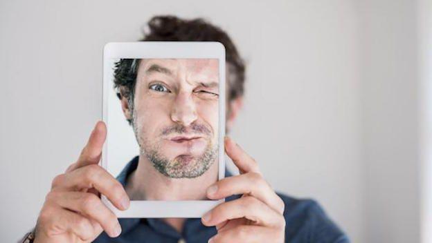 """Nueva patente de Amazon propone pagar con selfies   Basta con un guiño y los artículos en el carrito serán tuyo.  Amazon ha presentado una patente para un sistema que requiere que los usuarios se hagan una selfie y guiñen un ojo para poder completar sus compras.  El sistema denominado """"Análisis de Imágenes para la Autenticación del Usuario"""" utilizaría el reconocimiento facial y compararía tu selfie con una foto tuya que ya estuviera en archivo.  Así que si estuvieras por comprar un ordenador…"""