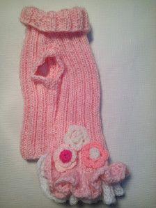 Bella mano abito in maglia con ricamo di fiori. Questo vestito è per cani di piccola taglia. Materiale: acrilico, mohair  Circonferenza cm 36-40/14 -16 Lunghezza 30 cm/12  Del collo 24 cm-28 cm/9,4 -11 Lavare solo a mano, da asciugare in piano.  Se ti piacerebbe avere simile abito in altro colore o la dimensione, non esitate a contattarmi.