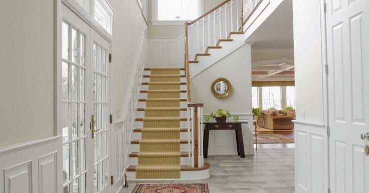Instalación: Cómo colocar alfombra en escaleras. La alfombra correcta en las escaleras no sólo agrega una característica de seguridad sino que también un toque adicional de decoración a una casa. Las escaleras descubiertas se pueden volver aburridas y pueden ser un riesgo en cuanto al resbalar. Aquellas escaleras hechas de madera terminada se pueden rayar y volver opacas. Aquellas de concreto se ...