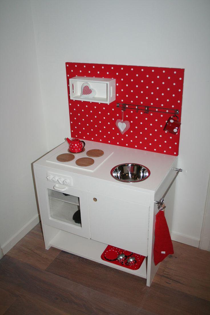 Keukentje gemaakt van MDF, op de achterplaat is behang gebruikt wat we nog over hadden, accessoires oa van Xenos en wat we nog hadden liggen