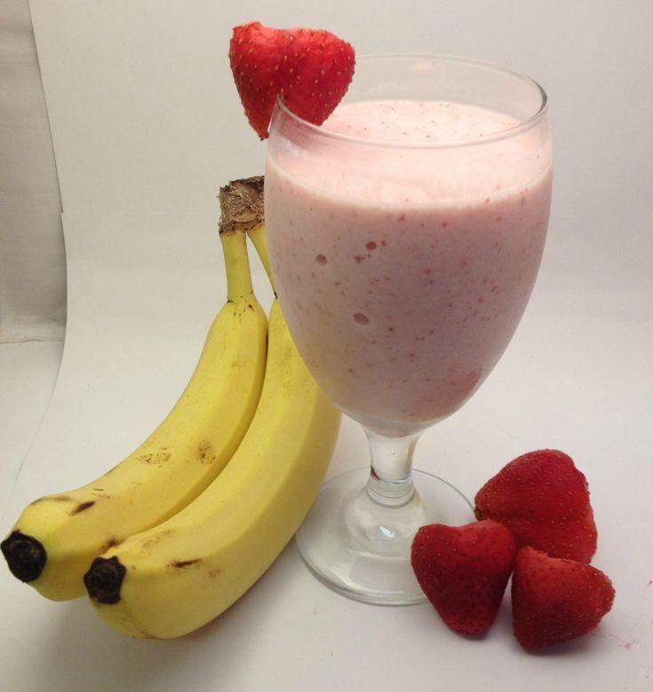 BANAAN - AVOCADO - AARDBEI SMOOTHIE   Ik maak hem als volgt :  1 banaan 1 avocado 4 aardbeien ( evt uit de vriezer ) 1 eetlepel chia zaad van Mattisson Healthstyle 1 eetlepel gebroken lijnzaad 1 flinke scheut kokosmelk  Dit alles in de blender, en binnen een paar minuten heb je een heerlijk gezond en voedzaam ontbijt.  Een goed begin is het halve werk....
