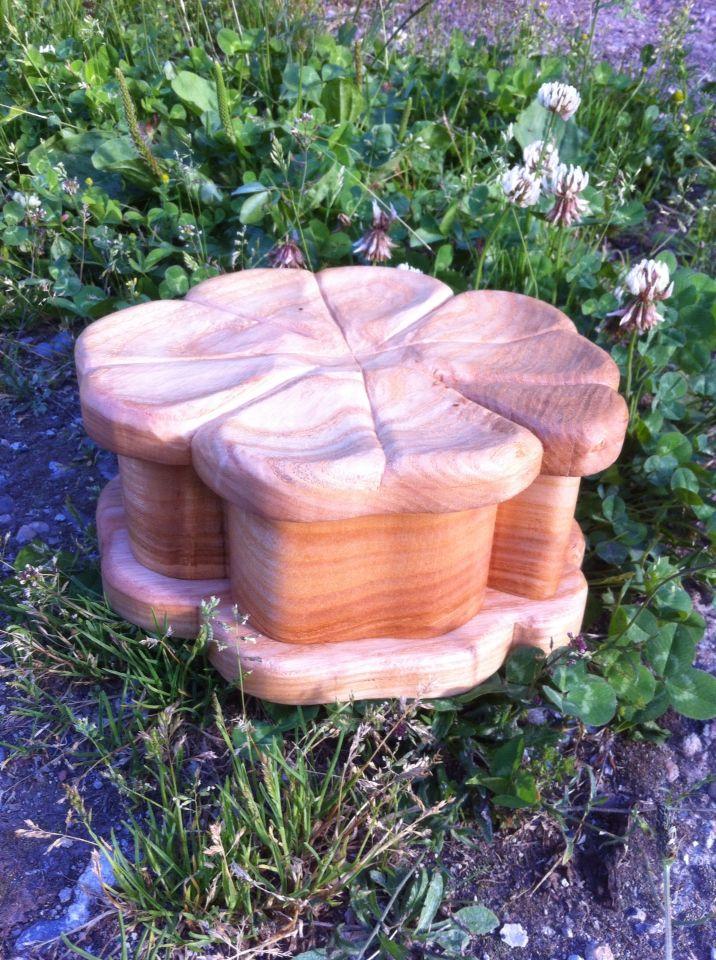 Caja de fresno en forma de trébol de cuatro hojas. Acabado a la cera