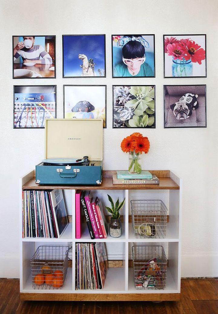 #1 VISUAL UNIFORME   Escolha quadros de tamanhos iguais e, de preferência, com a mesma moldura também. Na hora de pendurá-los na parede, preste atenção na simetria: as peças devem ficar lado a lado e o espaço entre elas deve ser sempre o mesmo.