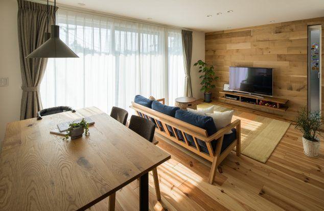 木目調の壁に大きな掃き出し窓のあるリビング リビング 木目 リビング 掃き出し窓 マイホーム リビング