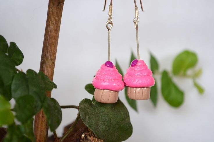 Aros cupcakes rosados con perlitas miniatura brillantes, gancho de plata. $5000  #cupcakes #earring #aros  #jewerly #accesorio