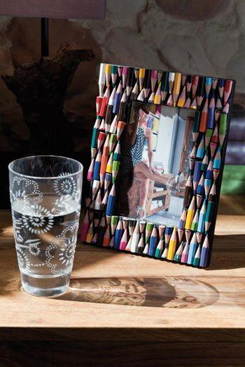 Foto: Idée réusée : décorer un cadre avec des crayons de couleur trop petits où plus utilisés.