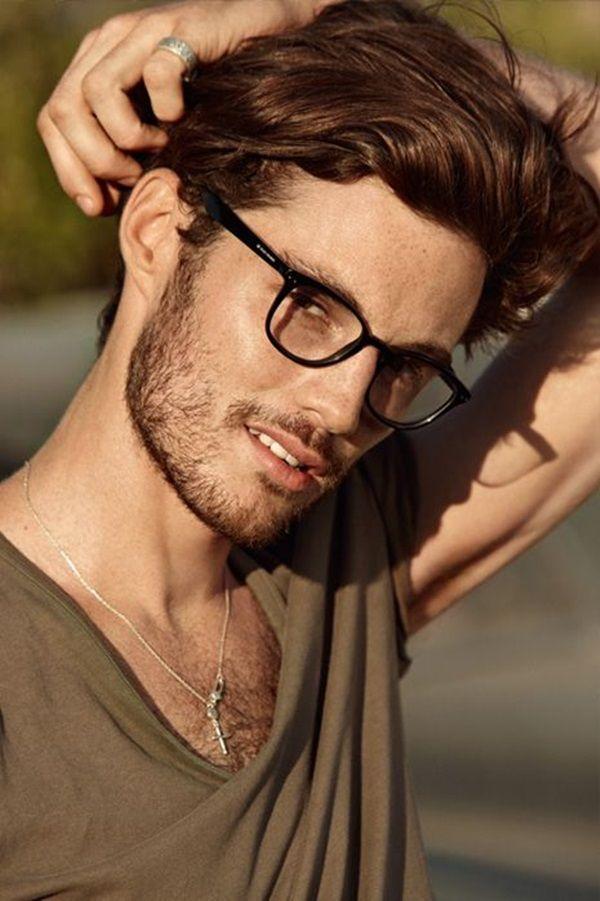фото небритого мужчины в очках бумаги