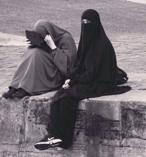 Niqabi sisters ما ضر الزهور ! و ما عليها ! إذا المزكومُ لم ينشق شذاها NIQABBED TO DEATH