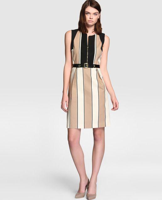 Vestido corto, sin mangas y escote redondo. Con estampado de rayas verticales y cinturón.