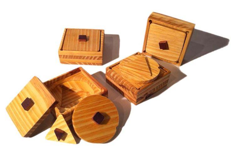 Edad: 1 año o más.  Materiales: realizados con diferentes maderas recicladas, el estuche de hilo de algodón (realizados por Cecilia Ettori). Descripción: enseña de manera práctica conocimientos de geometría a partir de los dos años. Puede ser armada en el interior de la misma y de manera reversible sobre la tapa cuadrada, dándole la posibilidad al pequeño de descubrir diferentes maneras de encastrar las piezas. Medidas: cuadrado de 10, 5 cm por 10, 5 cm. EN STOCK