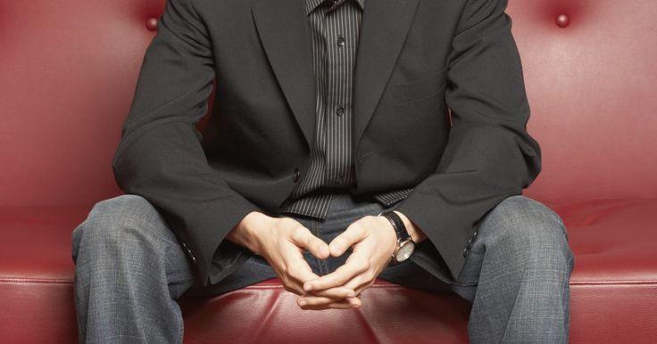 Cómo combinar un blazer de hombre con unos vaqueros. Sin importar el diseño de los vaqueros de hombre, usar un blazer añade un toque formal que agrega elegancia a un atuendo casual. Los blazer se parecen a las chaquetas de los trajes y se usan a menudo en estilos abiertos con botones que tienen un acabo metálico o que coinciden con el color del blazer. Vienen en diferentes colores para los distintos ...
